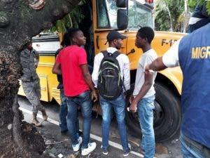 Parte de los haitianos detenidos por Migración durante los operativos de esta semana.