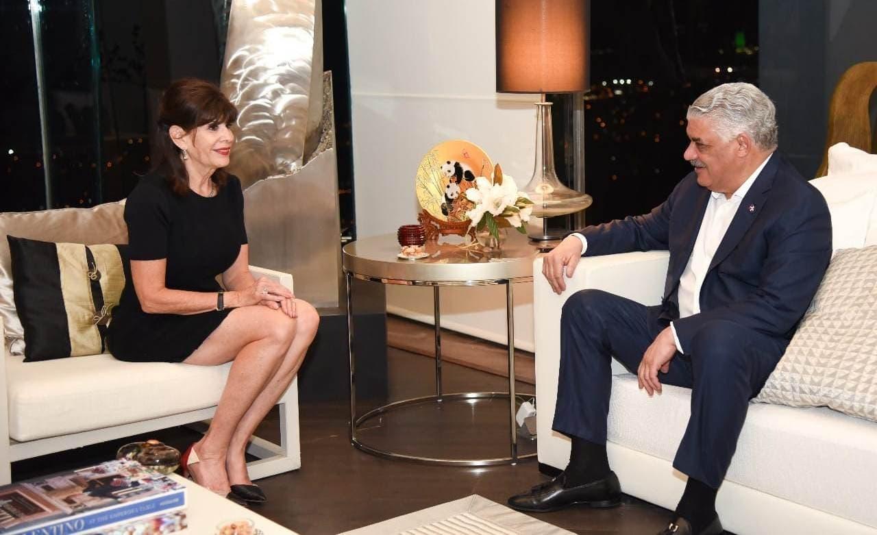 Canciller Miguel Vargas y la embajadora de EE. UU.  en República Dominicana, Robin Bernstein.
