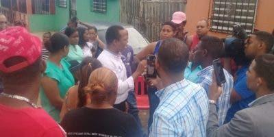 Milton Morrison, de País Posible, durante su visita a la comunidad Las Casitas, de San Luis. Foto: fuente externa.