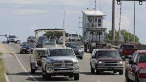 Numerosos automovilistas cruzan un puente levadizo en Wrightsville Beach, Carolina del Norte, mientras evacuan la zona ante la llegada del huracán Florence. AP