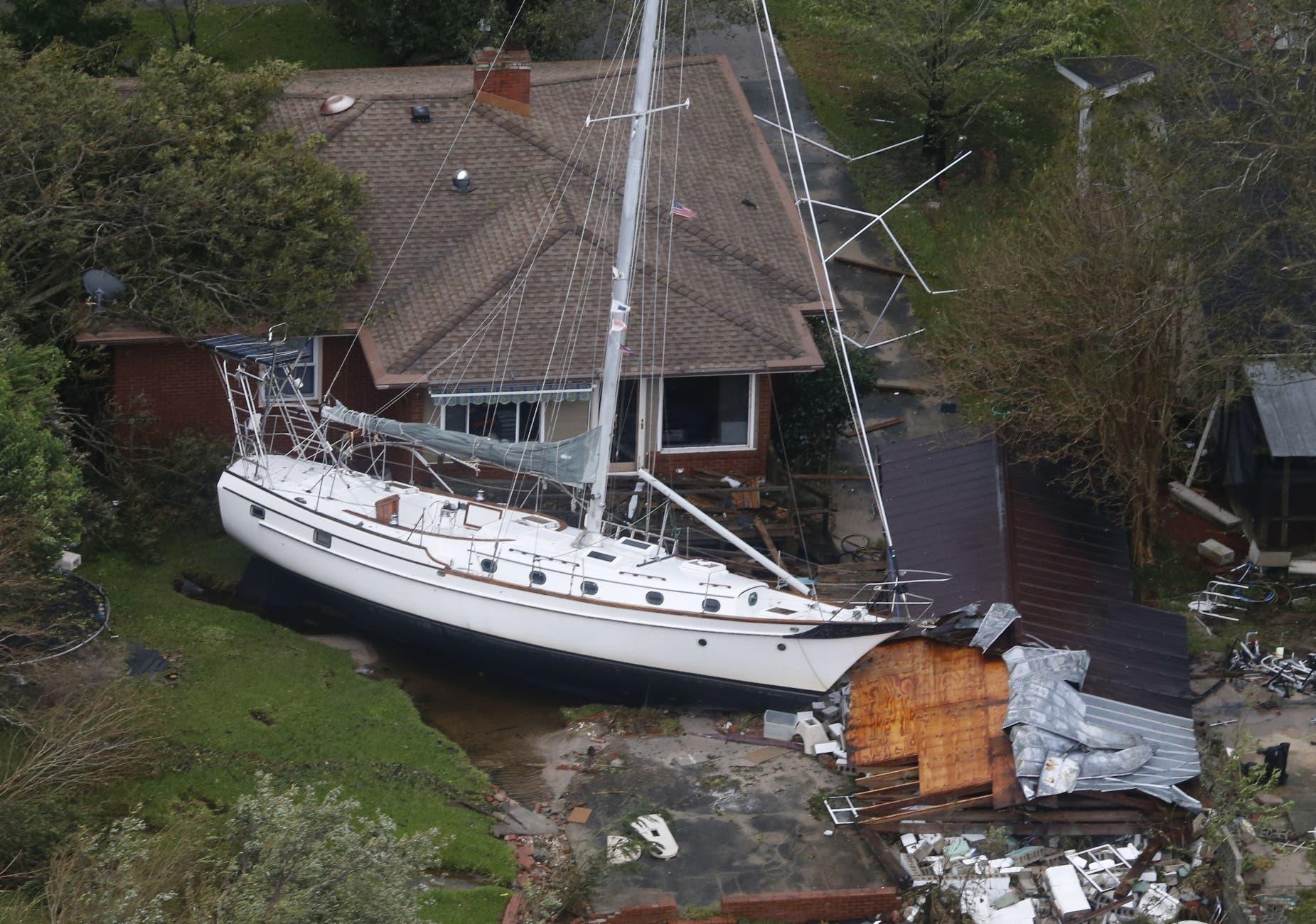 Un bote de vela encallado junto a una casa y un garage derribado, después de ser arrastrado por aguas crecidas por las lluvias que trajo el huracán Florence, ahora tormenta tropical, en New Bern, Carolina del Norte. AP