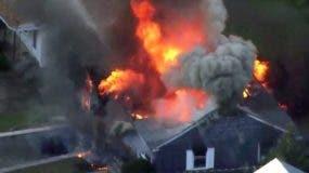 En eta imagen tomada de un video proporcionado por WCVB en Boston, las llamas consumen una casa en Lawrence, Massachusetts. (WCVB vía AP)