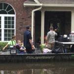 Las autoridades evacuan a una familia de las crecientes aguas causadas por Florencia, ahora tormenta tropical,  en New Bern, N.C. AP