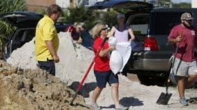 Los residentes de la Isla de Palms, Carolina del Sur, llenan bolsas de arena en el lote municipal de Isle of Palms donde la ciudad se está preparando para el huracán Florence en la isla de Palms SC. AP