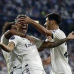 El dominicano Mariano Díaz (centro), del Real Madrid, festeja tras anotar el tercer tanto de su equipo ante la Roma, en la fase de grupos de la Liga de Campeones. (AP Foto/Manu Fernández)