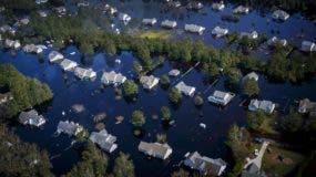 Decenas de casas están rodeadas de agua tras el paso del huracán Florence en el condado de Pender, Carolina del Norte. AP.