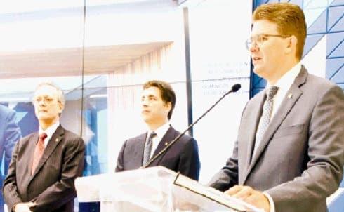 Manuel A. Grullón, Christopher Paniagua y Arturo Grullón Finet, mientras se dirige a los presentes.