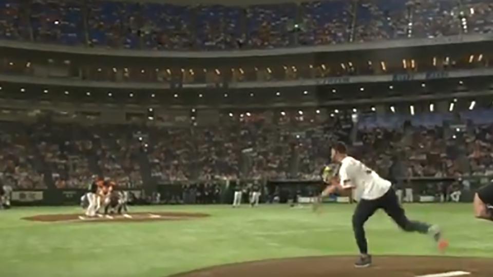 El baloncetista Stephen Curry realiza el lanzamiento de honor previo a un partido de los Yakult Swallows del béisbol japonés.