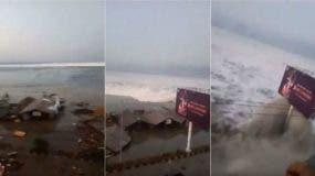 Vista del tsunami de este viernes en Indonesia.