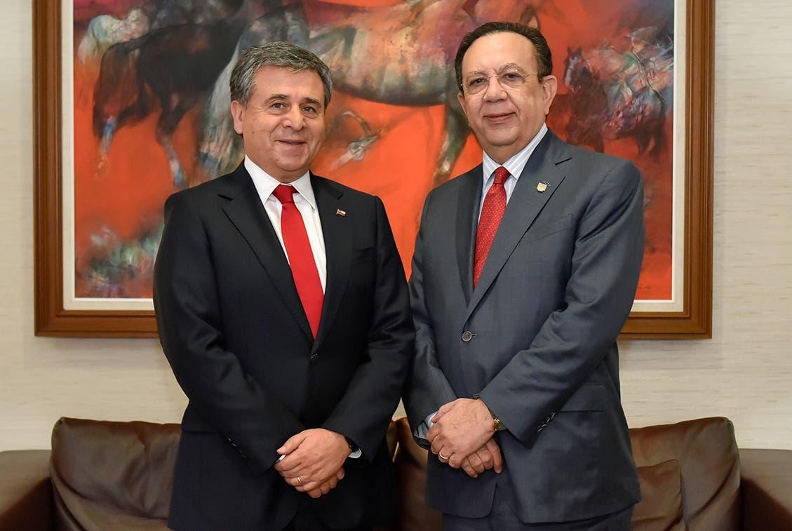 El nuevo embajador de Chile en el país, Romilio Gutiérrez, junto al gobernador del Banco Central,  Héctor Valdez Albizu.