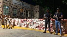 Las 5,082 libras de ajo incautadas esta madrugada en Manzanillo por miembros del CESFRONT.