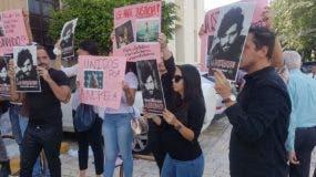 """Los jóvenes se apostaron frente al Palacio de Justicia para reclamar """"se aplique too el peso de la ley contra el acusado""""."""