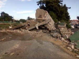 Los individuos utilizaron un bulldozer para destruir las instalaciones.