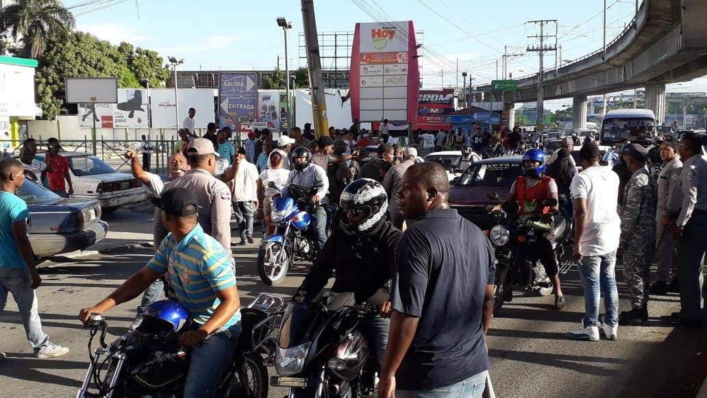 Los transportistas y sus familias se movilizaron en la avenida Hermanas Mirabal próximo a la avenida Charles de Gaulle.