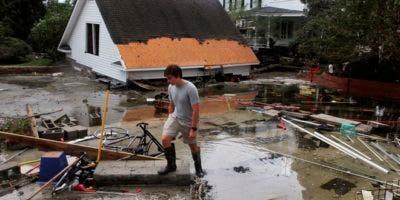 Joseph Eudi camina entre escombros luego del paso del huracán Florencia en New Bern, Carolina del Norte. AP