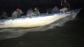 La embarcación clandestina fue interceptada por la Armada.