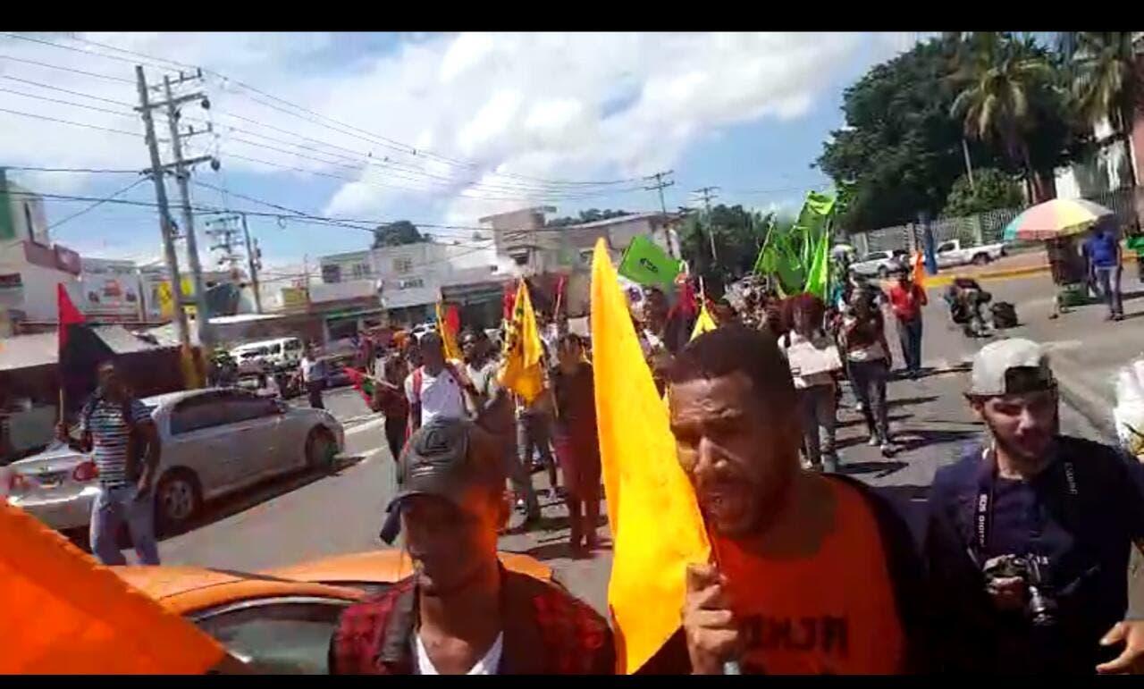 Los estudiantes protestan en rechazo al aumento de los combustibles.