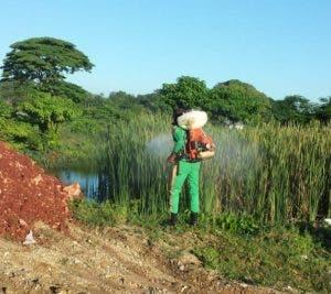 Un empleado de Obras Públicas fumiga en un terreno contiguo a la escuela y donde también se acumula agua. En este lugar fue detectado el mosquito que transmite la malaria.