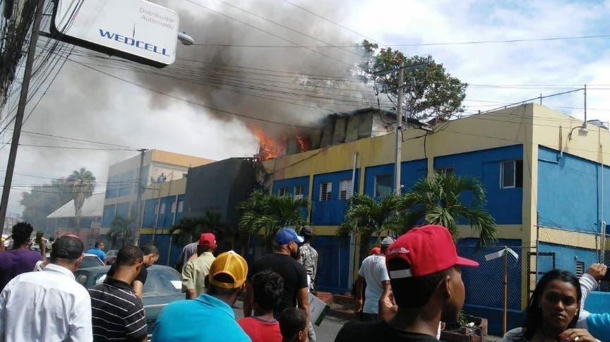 Los bomberos tardaron casi tres horas para sofocar el incendio. Foto: El Nacional.