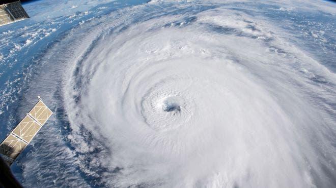 Florence avanza por el Atlántico hacia la costa de Estados Unidos con vientos máximos sostenidos de 175 kilómetros y a una velocidad de 28 km por hora.