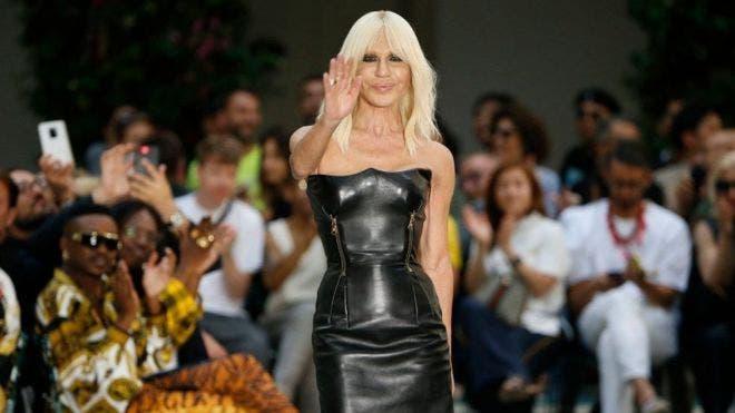 Donatella Versace asumió la dirección creativa de la casa de moda tras la muerte de su hermano Gianni.