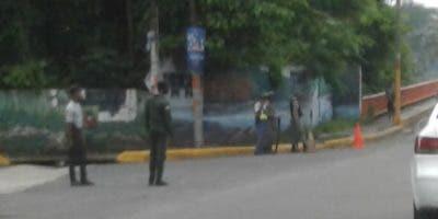 Presencia militar en el puente Jacinto Peinado, en  Villa Mella. Foto: Degnis De León.