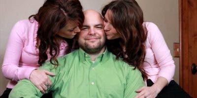 Joe Darger, con sus esposas Valerie y Vicki, quienes son primas. Los tres son mormones fundamentalistas y viven en Salt Lake City, Estados Unidos.