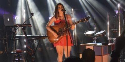 """Covi Quintana se emocionó en el escenario al ver al público cantar, bailar y aplaudir los temas de su disco nuevo """"Sin pausa"""".  FUENTE EXTERNA"""