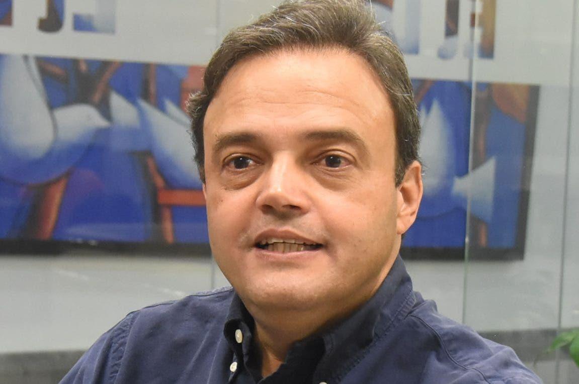 José Manuel Ramos mientras  conversa con  redactores  de EL DÍA.  Alberto calvo