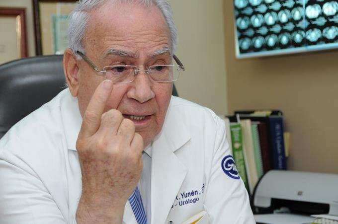 El urólogo dominicano José Yunén Brugal hizo importantes aportes a la medicina.