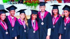 Los nuevos bachilleres en la graduación.