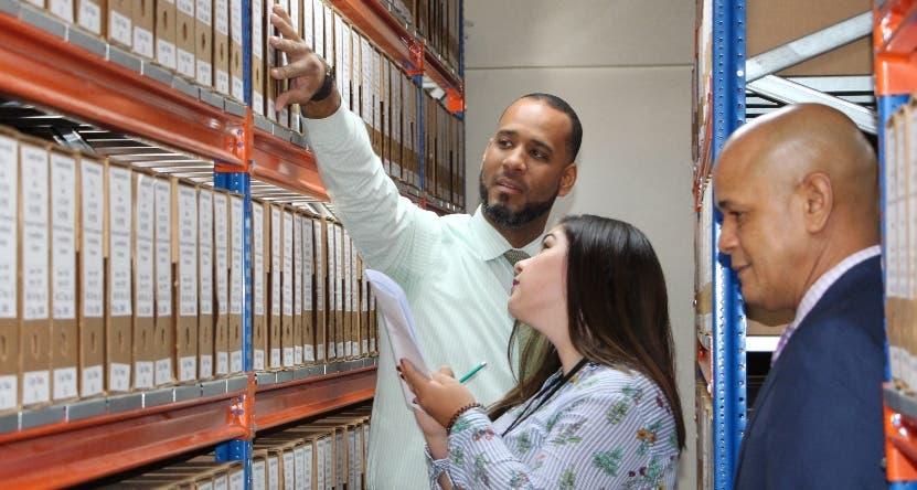Cristian Encarnación y personal del archivo en supervisión.
