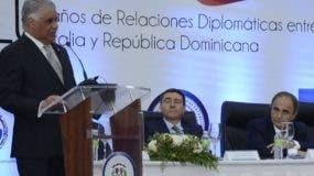 El ministro de Relaciones Exteriores, Miguel Vargas,  junto a diplomáticos  italianos.  JOSÉ DE LEÓN