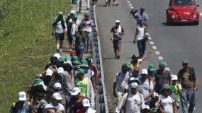 La gran caravana de centroamericanos ya cruzó México y se dirige hacia los Estados Unidos.