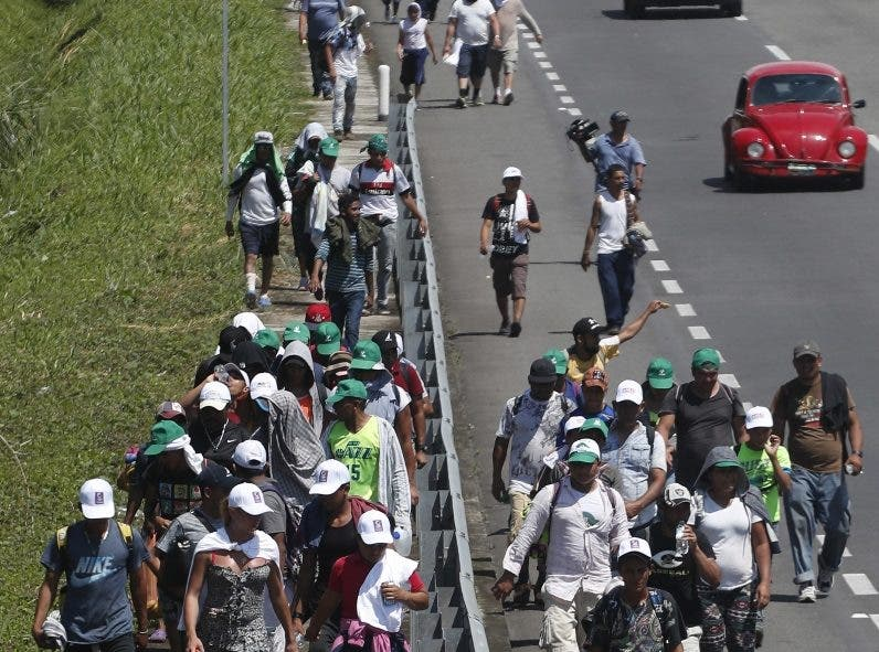 13.  La gran caravana de centroamericanos ya cruzó México y se dirige hacia los Estados Unidos.