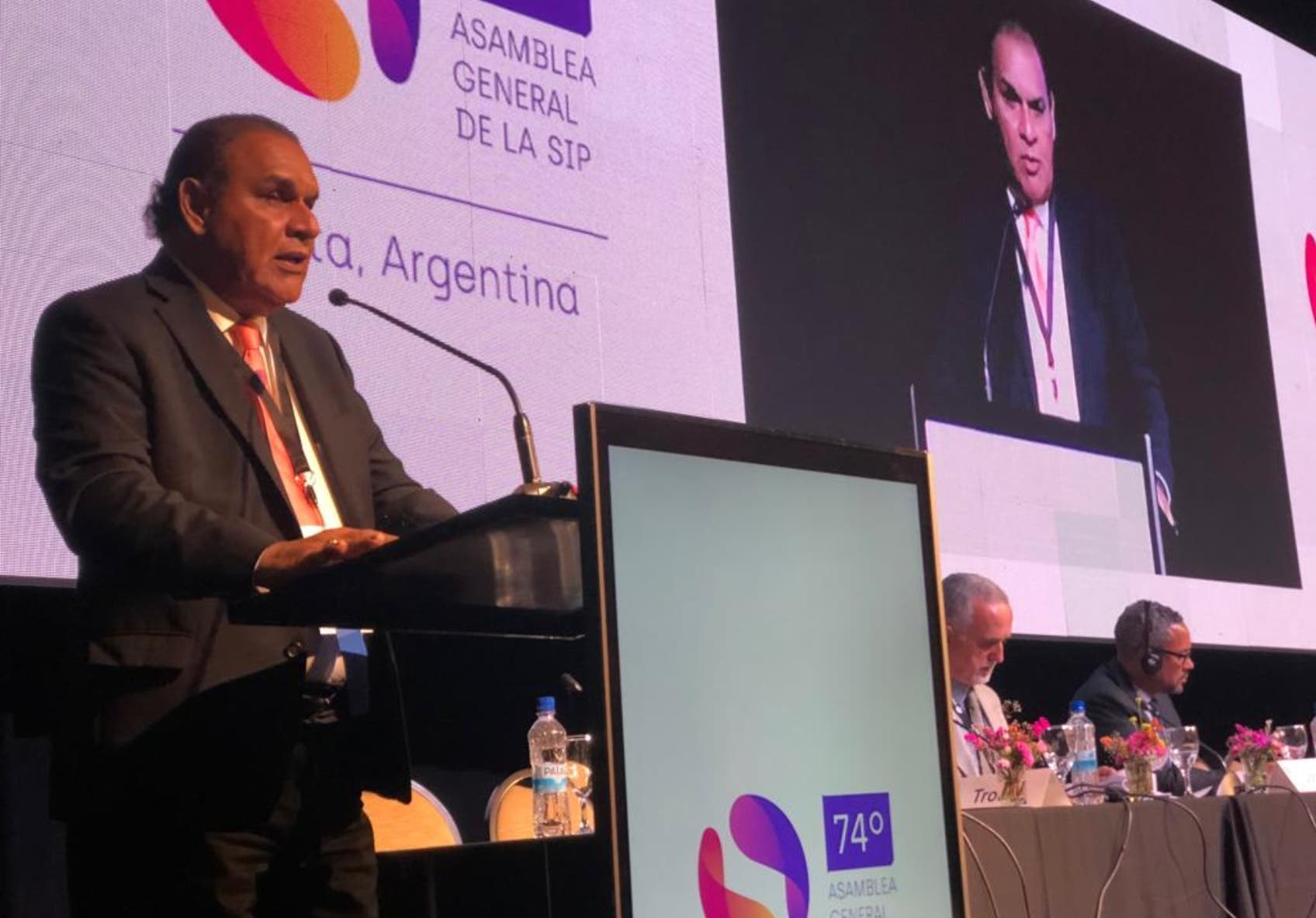 """Miguel Franjul, director del """"Listín Diario"""", cuando presenta el informe correspondiente al país en asamblea en Argentina."""