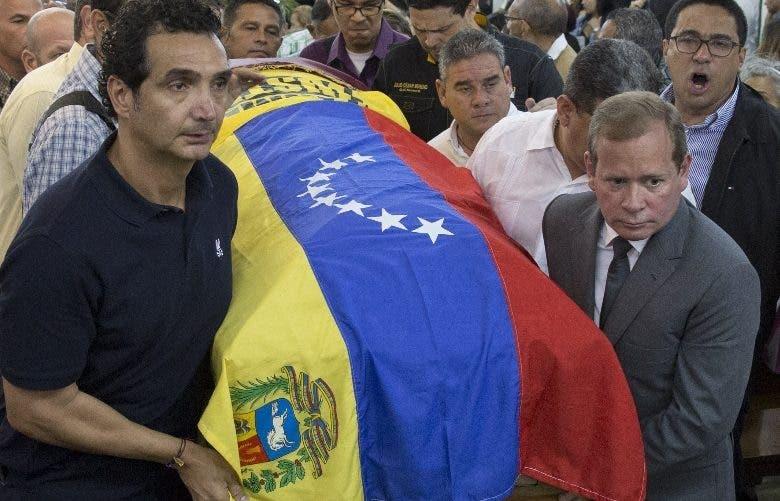 Cientos de venezolanos despidieron ayer al concejal Albán.