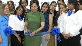 Leyda Rivera en el corte de cinta junto a sus empleados.