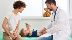Se pueden usar  soluciones de rehidratación oral (SRO) recomendadas por la Organización Mundial de la Salud (OMS).