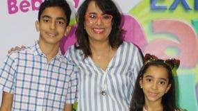Nazzira Santana y sus hijos Juanjo y Cleo Melo Santana.