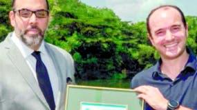 Nelson Gil, de Gerdau Metaldom, recibe certificado.