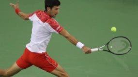 Novak Djokovic   en plena acción en el Másters 1,000 de Shanghái en el partido ayer.