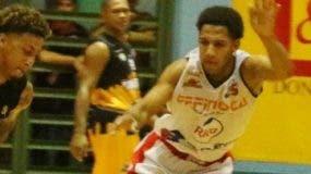 Luigi Rojas avanza con  el balón durante el partido.