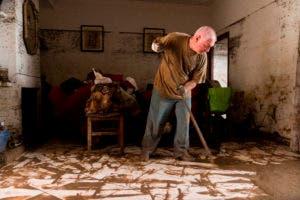 Un hombre limpia su casa después de la inundación en Sant Llorenc, la ciudad más afectada por los aguaceros. AP