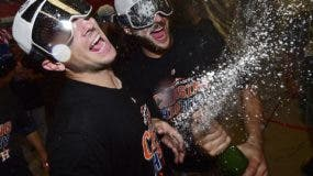 Alex Bregman y Jake Marisnick celebran luego de la barrida de los Astros a los Indios.   AP