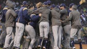 Los jugadores de los Cerveceros de Milwaukee celebran  por avanzar a la serie de campeonato de  la Liga Nacional.  Ap