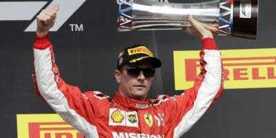 Kimi Raikkonen celebra después de ganar la carrera ayer.