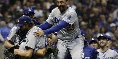 Jugadores de los Dodgers celebran luego de vencer a los Cerveceros en el séptimo partido .  AP