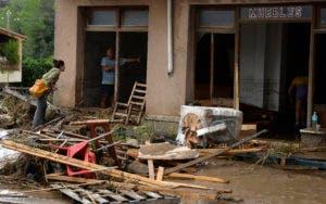 La gente trabaja dentro de una tienda de muebles dañada después de una inundación en Sant Llorenc. AP