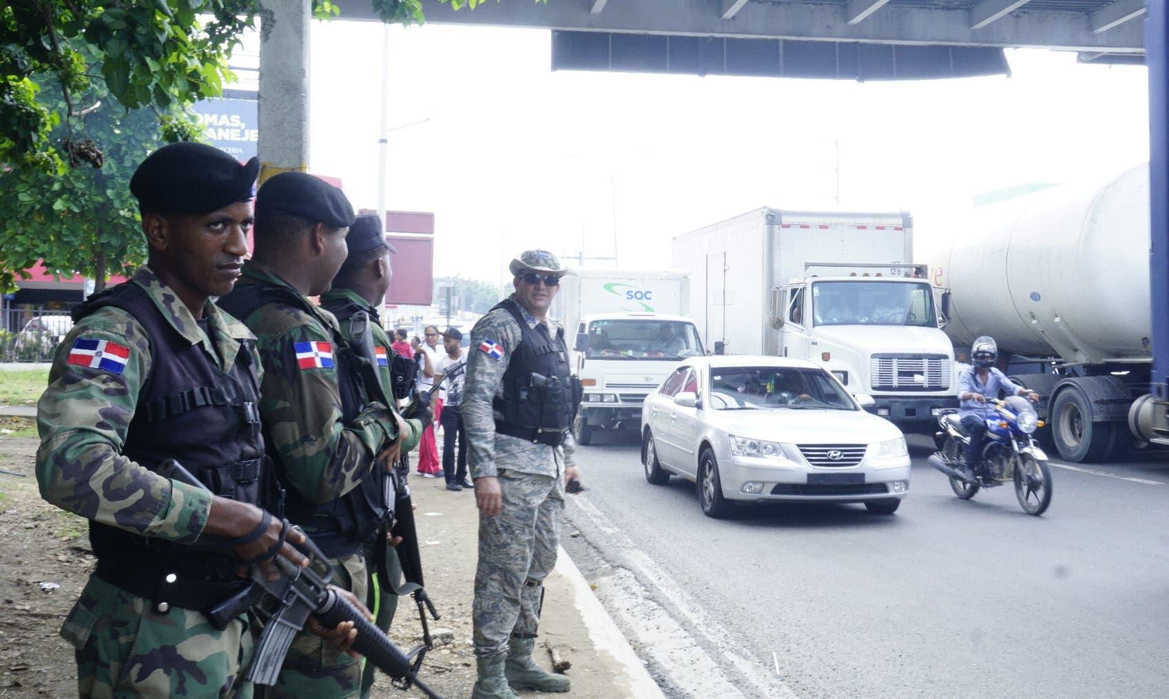 Efectivos militares y policiales fueron apostados en lugares estratégicos del Gran Santo Domingo. Elieser Tapia